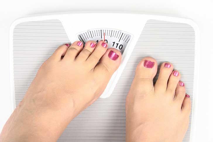 pies báscula 9 cosas que te hacen engordar