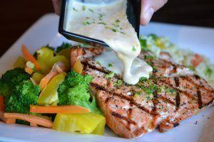 9 alimentos que no deben faltarte salmon