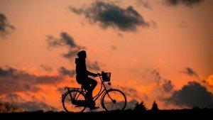 mujer bicicleta www.tucaminodelbienestar.com