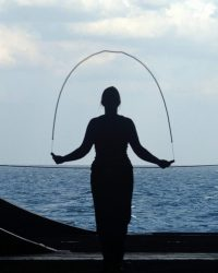 foto mujer ejercicio cuerda www.tucaminodelbienesta.com